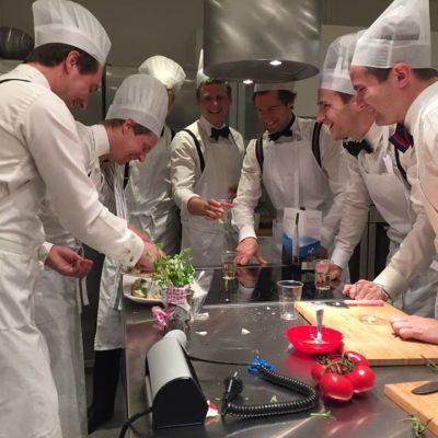 Killar som lagar mat